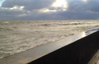 Wzburzone fale przy bulwarze w Gdyni