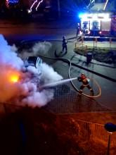 Strażacy gaszą samochód osobowy