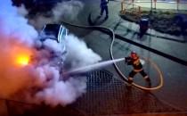 Strażacy gaszą samochód osobowy płonący w...
