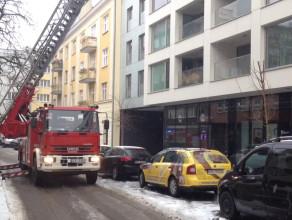 Strażacy na wysięgniku walczą z zimą