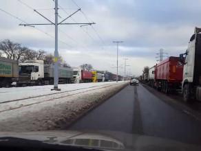 Ponad setka ciężarówek blokuje po jednym pasie na Marynarki Polskiej