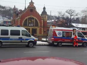 Interwencja karetki i policji na przystanku przy dworcu