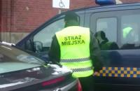 """Strażnicy miejscy zaparkowali """"na sygnale"""" żeby kupić jedzenie?"""