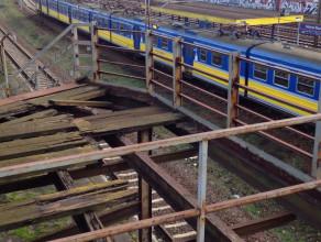 Zniszczone schody obok przystanku Gdańsk Stocznia
