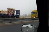 Ładunek wysypał się z ciężarówki na zjeździe z S7