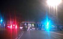 Tramwaj blokuje skrzyzowanie