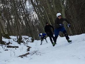 Na łyżwach przez las. Tak się bawią chłopcy