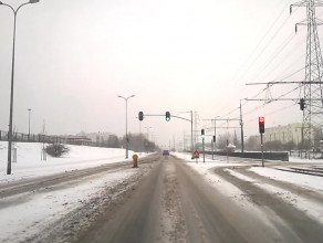 Lekkie opady śniegu, a drogi białe