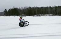 Linus Sundstroem trenuje żużel na śniegu w Szwecji