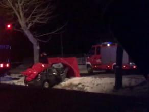 Rozbity samochód na drzewie