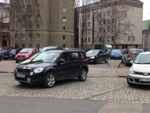 Zaparkował poprawnie czy zastawił przejazd?