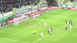 Flavio Paixao strzela gola z karnego na 2:1 w meczu Lechia - Cracovia