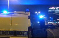 Policjanci prowadzą osobę do radiowozu w centrum Gdańska