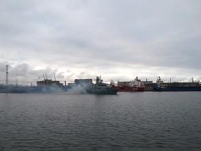 Okręt wojenny wychodzi z portu w Gdyni