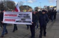 Pikietujący pocztowcy idą pod Urząd Wojewódzki