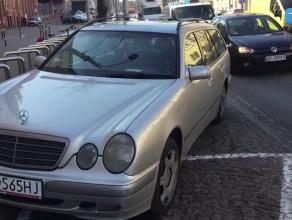 Parkowanie urzędników przed magistratem na Nowych Ogrodach