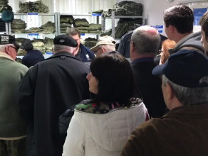 Spora kolejka do sklepu AMW ze sprzętem powojskowym