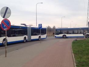Przejazd nowych Mercedesów Citaro spod hali w Gdyni
