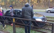 Auto wylądowało na torach tramwajowych