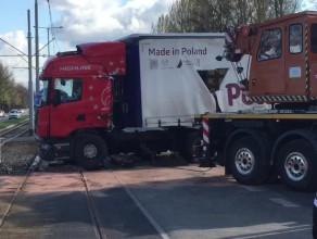 Trwa usuwanie ciężarówki z torowiska ...