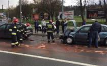 Strażacy usuwają skutki wypadku na al....