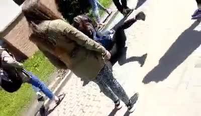 ee5cd4d8de637 Gimnazjalistki biją dziewczynę