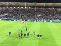 Piłkarze i kibice Arki świętują pierwszą wygraną od 24 lutego