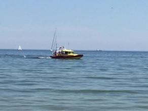 Ćwiczenia ratunkowe WOPR przy plaży w Gdyni