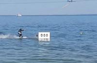 Skok na nartach wodnych i wywrotka