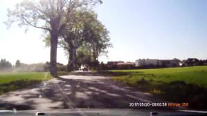 Kierowca wyprzedza na linii ciągłej