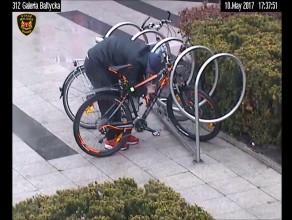 Złodziej próbuje ukraść rower w centrum Wrzeszcza