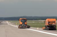 Czyszczenie pasa startowego na lotnisku