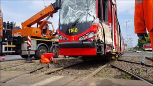 Dźwig podnosi tramwaj z torowiska po wypadku na Hallera