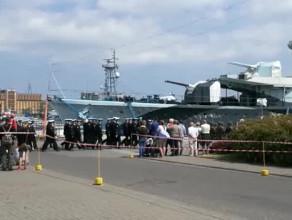 Żołnierze i marynarze na Skwerze Kościuszki