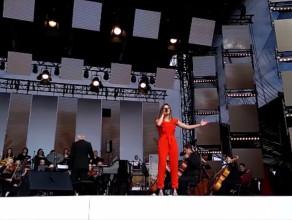 Natalia Szroeder w utworze Hallelujah