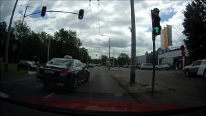Taksówkarz jedzie środkiem jezdni