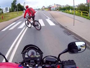 Bezmyślny rowerzysta - nawet się nie obejrzał