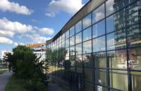 Dach opadł, wykrzywiła się ściana  budynku starego Media Markt w Oliwie