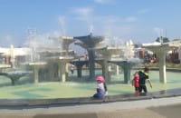 Kąpiel dzieci w fontannnie na skwerze Kościuszki w Gdyni