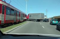 Stłuczka tramwaju z ciężarówką