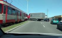Stłuczka tramwaju z ciężarówką na...