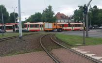 Trwa spychanie zepsutego tramwaju we...