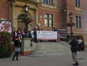 Publiczny różaniec pod Biurem Rady Miasta w Gdańsku