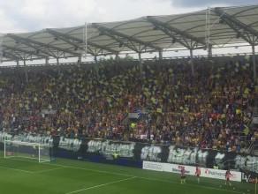Radość kibiców w Gdyni po golu w meczu Arka - Śląsk na 2:0