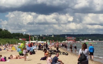 Tłumy ludzi na plaży w Sopocie