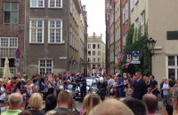 Tłum wypatruje książęcej pary