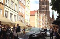 Samochód z brytyjską parą książęcą jedzie ul. Piwną