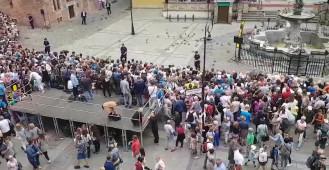 Tłumy zbierają się przed Dworem Artusa