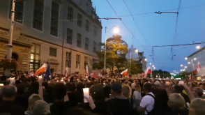 """Tłumy skandują """"chcemy veta"""" pod sądem w Gdańsku"""
