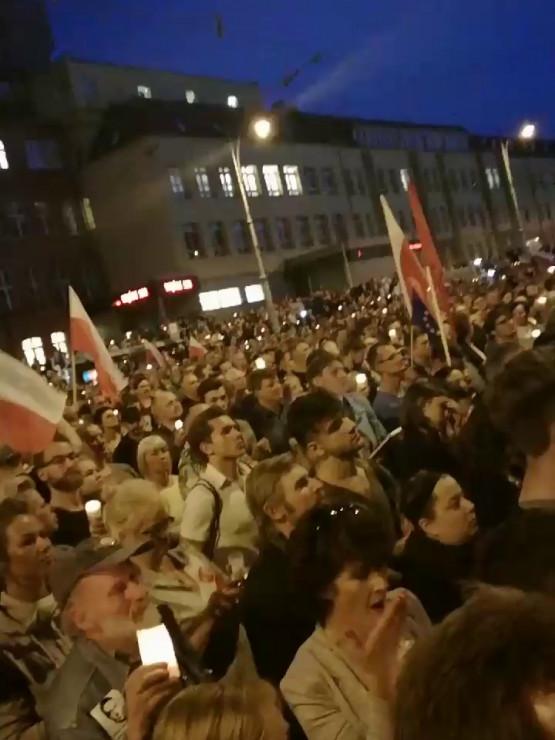 """Tłumy skandują """"zwyciężymy"""" pod sądem w Gdańsku"""